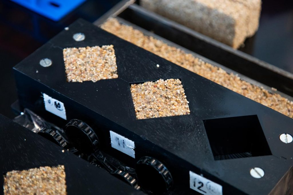 Molde preenchido com areia, bactérias e hidrogel